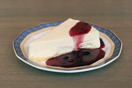 レアチーズケーキ(ブルーベリーソースをかけます)